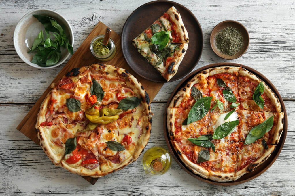 krosse italienische Pizza aus traditionellem Steinofen im Resort Moseltal